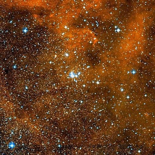 Данное рассеянное скопление интересно тем, что внутри него находится скопление горячего газа, который постоянно выходит наружу в окружающее космическое пространство