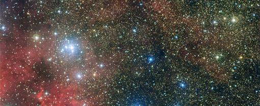В этом рассеянном скоплении также находится множество молодых горячих звезд