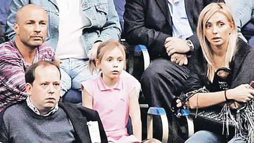 Будущая звезда мировых кортов Саша Жулина пока болеет за старших товарищей под присмотром мамы и папы.