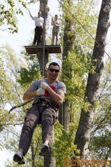 .. И полетали на веревках с деревьев. Фото: klitschko-brothers.com