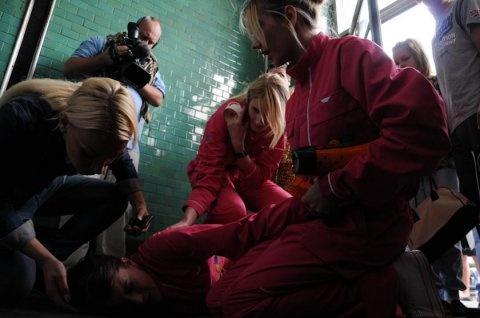 Девушке оказывают помощь. Фото НБН
