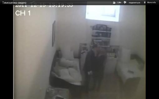Кадр из скандального видео, иллюстрирующий интимную близость между якобы узницей и ее посетителем.