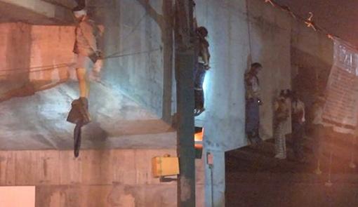9 человек повесили на мосту. Фото с сайта noticias.univision.com