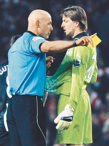Главная звезда судейского корпуса УЕФА - английский полицейский Говард Уэбб. Фото Рейтер.