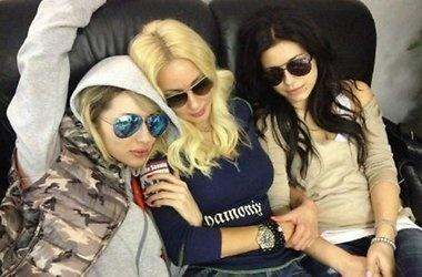 Звезды в аэропорту. Фото delfi.ua