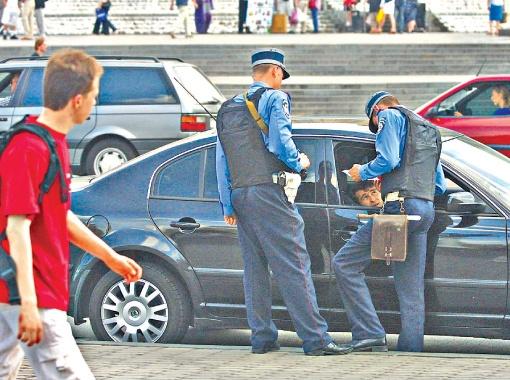 Иностранцам советуют улыбаться украинским милиционерам и не провоцировать их на конфликты.