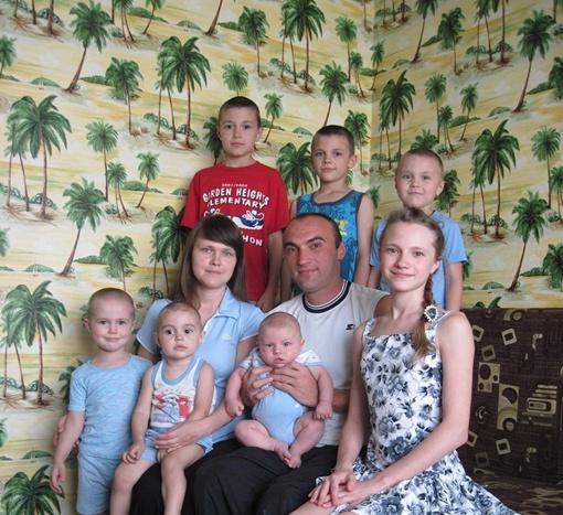 Старшей дочери Якушевских (на фото - справа) 13 лет, а младшему сыну - всего два месяца. Фото Ксении ЯРИКОВОЙ и из личного архива Нины ГУЛЕНКОВОЙ.