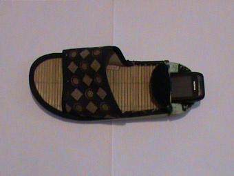 Телефон в тапочке. Фото из архива