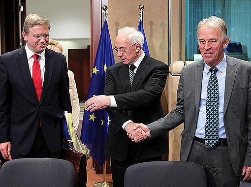 Диалог с ЕС удачно начался - его скрепили рукопожатием. Фото РЕЙТЕР.