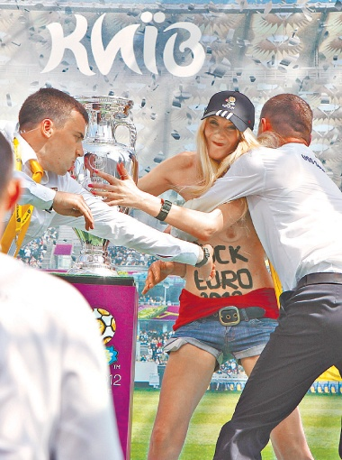 Во время презентации девушки из Fемеn пытались повредить кубок ЕВРО-2012. Украина снова в центре внимания.