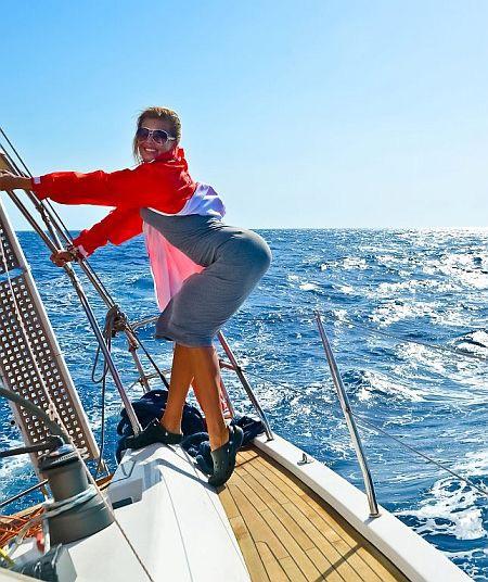 Лера во время яхтенной гонки на Миконос. Крен судна под 45 градусов