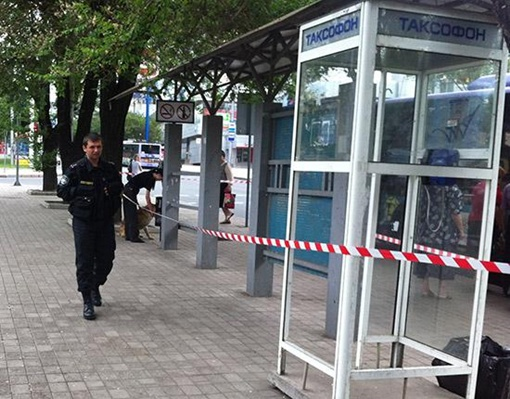 Донецкая милиция обследует остановку транспорта в центре города. Фото: ostro.org