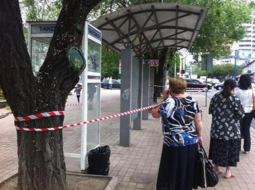 Остановочный павильон огорожен лентой, однако пассажиры общественного транспорта ожидают автобуса и троллейбуса в непосредственной близости от остановки. Фото: ostro.org