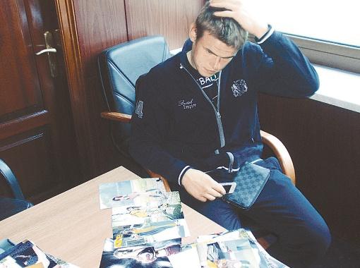 ...вратарь сборной Украины Максим Коваль чуть не сломал голову.