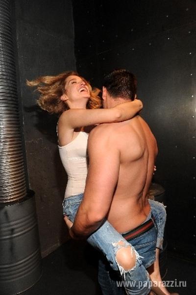 В кадре знаменитости устроили настоящие эротические танцы. Фото из Твиттера Михаила Терехина.