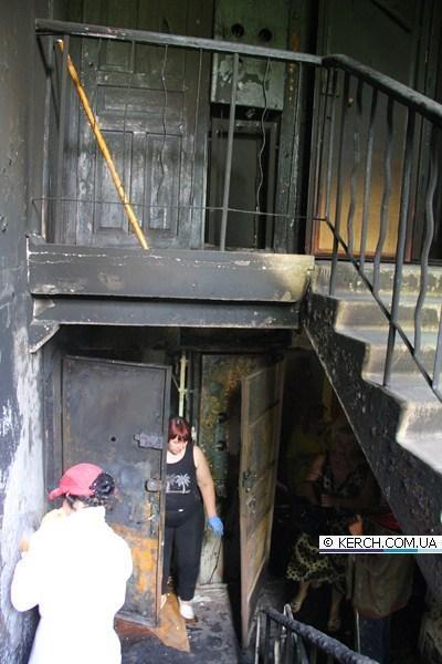 Подъезд тоже пострадал. Фото: kerch.com.ua