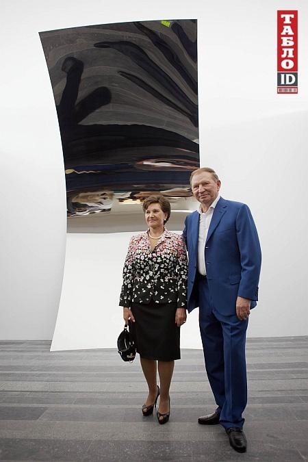 Леонид Кучма со своей супругой на открытии выставки. Фото с сайта tabloid.pravda.com.ua.