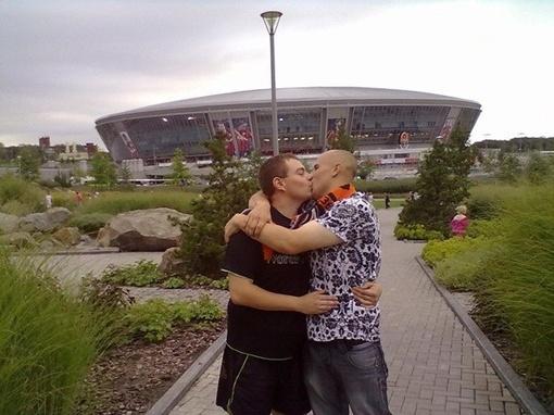 Поцелуй парней бурно обсуждают в Сети. Фото Сергея Ковальчука с сайта