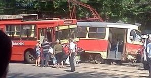 В троллейбусе не было пассажиров, а в трамвае сидели несколько человек. Фото: ATA, forum.gorod.dp.ua
