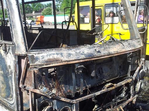 За несколько минут автобус сгорел дотла.  Фото Владимира Патлана