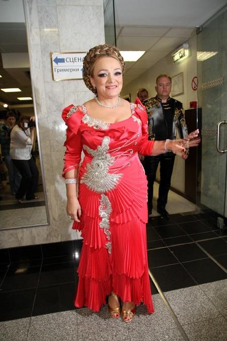 Певица выступала в красном платье...Фото: eg.ru