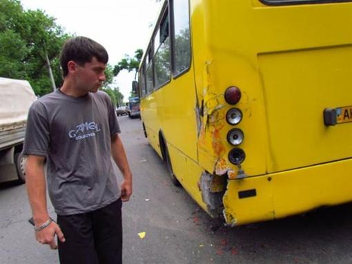 Микроавтобус боднул маршрутку сзади, а потом