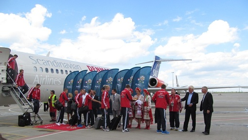 В пятницу высадился десант футбольных звезд. Сборную Дании встречали чиновники мэрии и девушки с караваями. За полчаса до того та же компания приветствовала их соперников - голландцев.