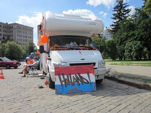Многие болельщики прибыли в Харьков на трейлерах целыми семьями, некоторые привезли с собой и домашних любимцев.