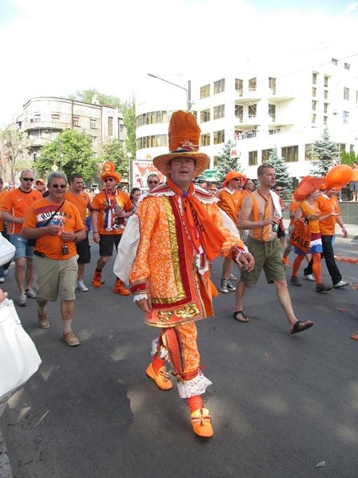 Голландцы оправились от субботнего поражения своей команды и готовятся снова идти парадом по Пушкинской. Фото Ксении ЯРИКОВОЙ.
