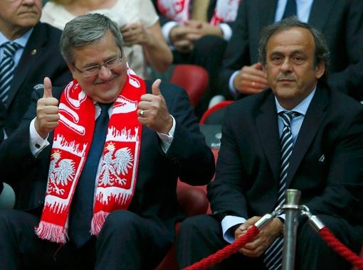 Гол Блащиковски, и президент Польши Бронислав Коморовский не скрывает эмоций - его команда остается в игре!