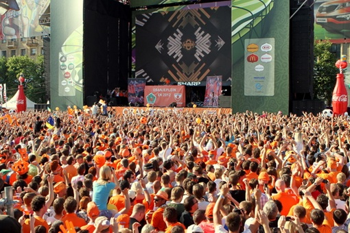 Огромная толпа собралась послушать  Armin van Buuren. Фото Павла ДАЦКОВСКОГО
