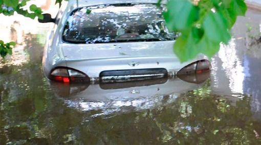 Машины плавали по дворам. Фото: crimea.comments.ua.