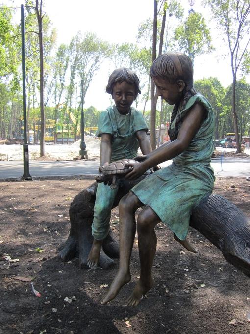В ЦПКиО поселили бронзовых детей. Фото автора.