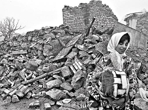 Иранцы пока боятся заходить в свои уцелевшие дома и живут в палатках. Ведь сейсмологи обещают новые толчки. Фото Gettyimages.