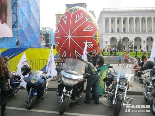 Необычное сочетание, но в День Независимости возможно все Фото: Игорь Кулик