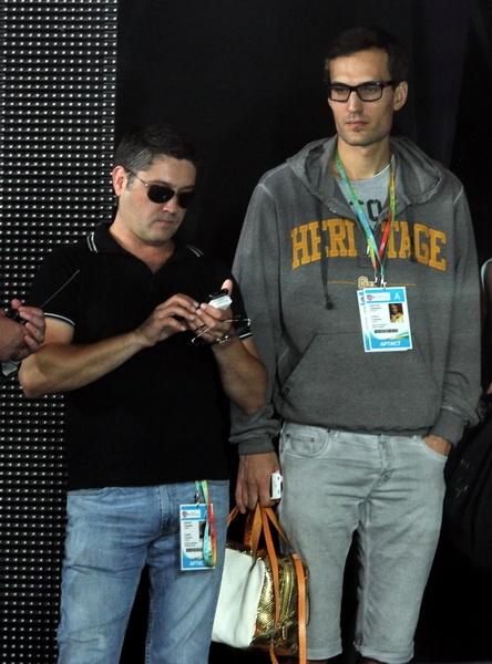 Супруг Михаил Земцов терпеливо стоял с дамской сумочкой Кристины. Фото Павла ДАЦКОВСКОГО