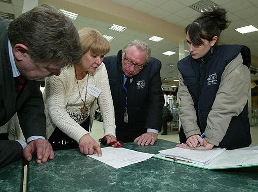 В 2010 году наблюдатели в Украину ехать боялись - слишком высокий градус политического накала (на фото Франсис Лэк и Полина Кадеек - представители Совета Европы на избирательном участке в Броварах).