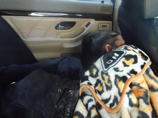 Девушка пряталась под одеялом. Фото пресс-центра Госпогранслужбы.