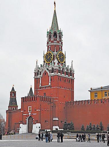 Спасская башня, в ней расположены главные ворота Кремля Спасские,  а в шатре башни -  знаменитые часы - куранты.
