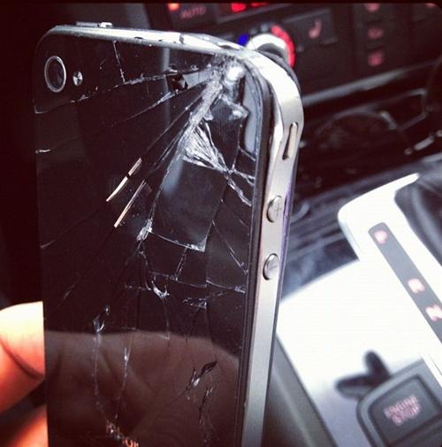 .. и из-за этого телефоны разбивает. Фото: Твиттер Лазарева