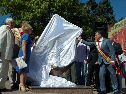 Под бурные аплодисменты публики с монумента сорвали белую мантию. Фото с сайта reporter.com.ua