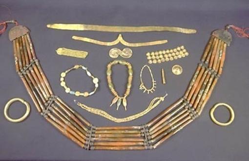 Клад больше 700 лет пролежал в земле. Фото с сайта ТСН.