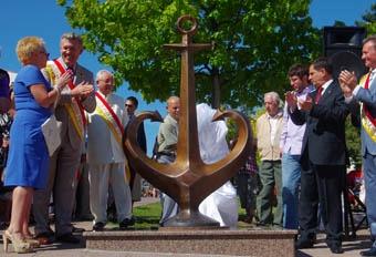 Бронзовый монумент весит около 200 килограмм