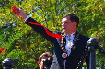 Мэр открывал Александровскую колонну в орденской цепи