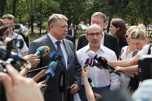 Мэр Геннадий Кернес и Прокурор области Геннадий Тюрин обещают разобраться в причинах. Фото: Романа ШУПЕНКО.