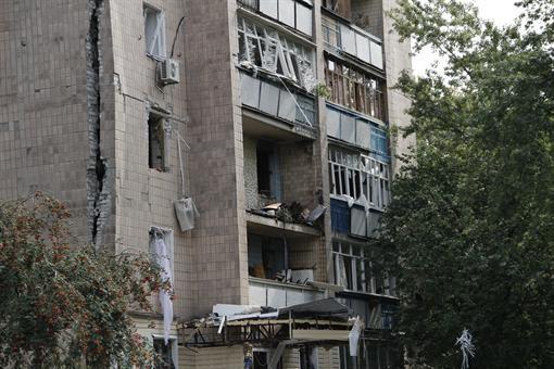 По всему дому пошла огромная трещина. Фото: Романа ШУПЕНКО.