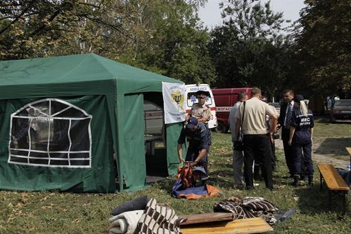 Эмчеэсники установили свои палатки во дворе дома. Фото: Романа ШУПЕНКО.