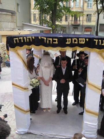Иудеи строят для бракосочетания специальный шатер хупу.