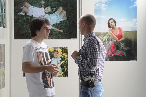 Эмин Самедли и фотограф Алексей Олифиренко возле экпонатов выставки