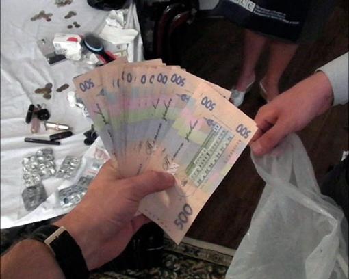 Во время задержания оперативники нашли деньги, оружие и таблетки. Фото - управления МВД Украины